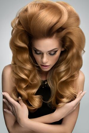 hair blond: Il volume dei capelli. Ritratto di bella bionda con lunghi capelli ondulati. Immagine di alta qualità. Archivio Fotografico