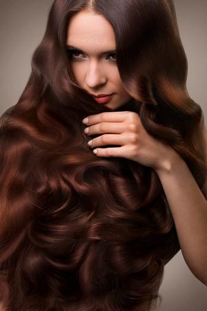 Haare. Portrait der schöne Frau mit langem wellenförmiges Haar. Bild mit hoher Qualität. Standard-Bild - 45941254