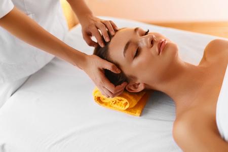 massaggio: Massaggio viso. Close Up Ritratto Di Bella donna giovane sana Durante massaggio al viso con rigenerante, idratante, rinfrescante, Rigenerativa, Crema Anti-aging In Beauty Cosmetologia Estetica Medical Spa salone o clinica. Trattamento Viso, Aromaterapia,
