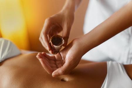 Spa Huile de Massage Woman.Aromatherapy. Masseur Faire massage sur Beautiful Young sains caucasiens corps de la femme Dans Spa Salon. Beauty Concept traitement. Soins de la peau, Bien-être, Beauté, Mode de vie. Banque d'images
