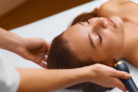 masaje facial: Piel Cara Tratamiento Care. Ultrasonido cavitación anti-envejecimiento, rejuvenecimiento, elevación Procedimiento En Medical Beauty cosmetología del salón del balneario. Cosmetician Aplicando Regenerativa, hidratantes Cosméticos En Piel De sana hermosa mujer caucásica joven. Apriete O