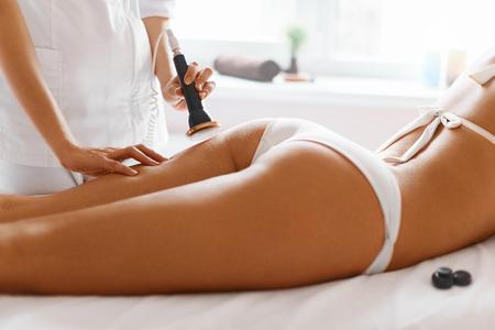 mujer celulitis: Cuidado corporal. Tratamiento de spa. Ultrasonido cavitación Tratamiento Contorno Corporal. Mujer que consigue la terapia anti-celulitis y anti-grasa en salón de belleza. Foto de archivo