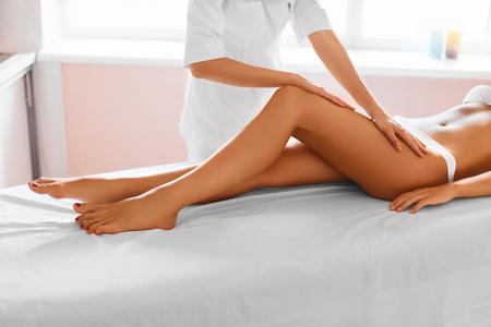 piernas mujer: Piernas De La Mujer. Cuidado corporal. Mujer hermosa que consigue masaje de la pierna Tratamiento en salón del balneario. Cuidado de la piel, Bienestar, Bienestar, Estilo de vida, relajante Procedimiento. Foto de archivo