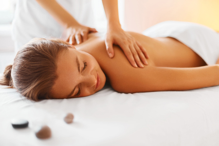 relajado: Spa mujer. Hembra que disfruta relajante masaje de espalda en Cosmetolog�a Spa Centre. Cuidado del cuerpo, Cuidado de la piel, Bienestar, Bienestar, Tratamiento de belleza Concepto. Foto de archivo