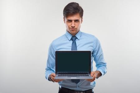 personen: Business man met een laptop tegen een witte achtergrond
