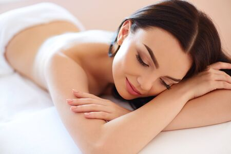 masajes relajacion: Spa mujer. Primer plano de una bella mujer está Tratamiento de spa.