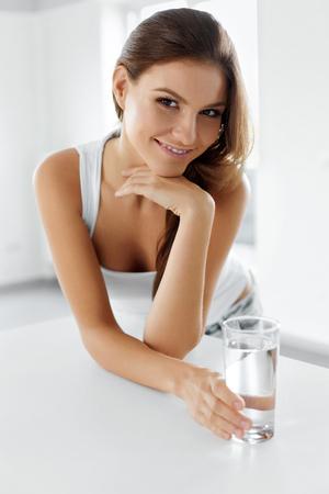 jeune fille: Style de vie sain. Portrait de sourire heureux jeune femme avec un verre d'eau fra�che. Soins de sant�. Boissons. Sant�, beaut�, Diet Concept. Alimentation saine. Hydratation.