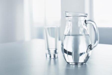 Eau. Santé Et Diet Concept. Boissons. Main tenant le verre de la femme de l'eau pure. Hygiène alimentaire, mode de vie. Santé et beauté.