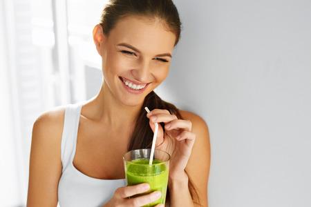 saludable: Dieta. Comida sana potable de la mujer verde sin procesar fresco de desintoxicaci�n jugo de vegetales. Estilo de vida saludable, comida vegetariana y comida. Batido de beber. Concepto de nutrici�n. Foto de archivo
