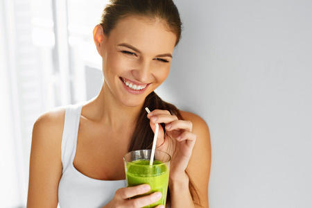 Diet. Healthy Eating Woman Drinking Fresh Raw Green Detox Vegetable Juice. Healthy Lifestyle, Vegetarian Food And Meal. Drink Smoothie. Nutrition Concept. Foto de archivo