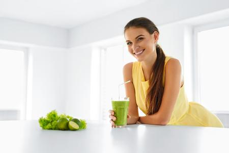 건강: 건강한 식사. 녹색 해독 야채 스무디를 마시는 행복 아름다운 웃는 여자. 건강한 라이프 스타일, 음식과 식사. 주스를 마셔. 다이어트, 건강과 아름다움