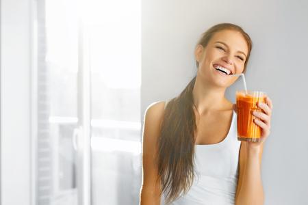 Gesunde Lebensweise. Nahaufnahme des schönen lächelnden Vegetarisch Woman Drinking Fresh Raw Detox Gemüsesaft. Healthy Food Ernährung, Diät-und Lifestyle-Konzept. Drinks. Beauty Concept. Standard-Bild - 48201255
