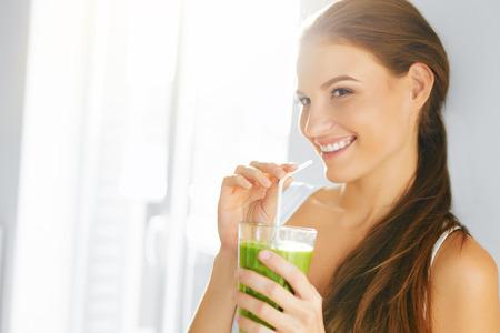ライフスタイル: 有機食品。新鮮な生緑デトックス野菜ジュースを飲んで健康な食べる女性。健康的なライフ スタイル、菜食主義の食事。スムージーを飲みます。栄養の概念。ダイ