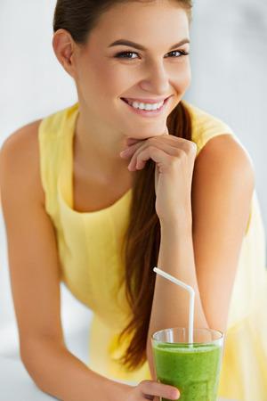tomando jugo: Estilo de vida saludable. Primer De La Mujer Hermosa consumición sonriente verde Detox vegetal jugo. Dieta saludable y comer. Comida vegetariana. Beba Smoothie. Salud y belleza Concept.