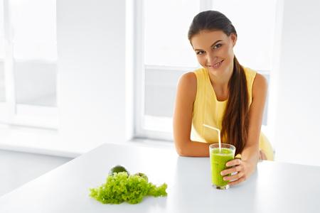 tomando jugo: La mujer sana. Retrato de muchacha hermosa de consumición sonriente verde de desintoxicación jugo de vegetales. Estilo de vida saludable, la comida y comer. Bebidas. Dieta y salud física, la salud y del de belleza. Foto de archivo