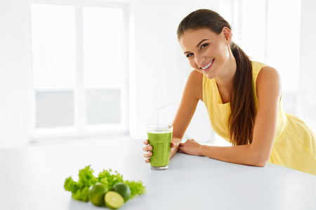 Pasto salutare. Felice bella donna sorridente Bere Verde Detox Vegetable Smoothie. Stile di vita sano, cibo e mangiare. Bere il succo. Dieta, salute e bellezza Concept. Archivio Fotografico - 48201505
