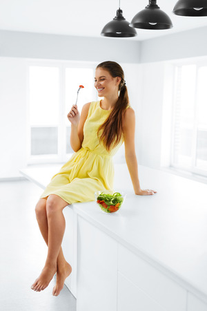 the caucasian beauty: Healthy Lifestyle. Happy Smiling Caucasian Woman Eating Fresh Organic Green Vegetarian Food. Dieting, Diet, Health And Beauty Concept. Nutrition.