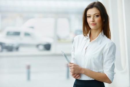 ビジネスの女性は、タブレット コンピューターを保持しています。