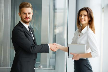 ビジネスの方々。オフィスで手を振って成功ビジネス パートナー