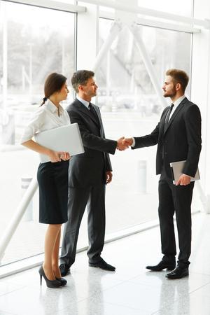 dando la mano: Gente de negocios. El éxito de socio de negocios que sacuden las manos en la oficina. Equipo de negocios
