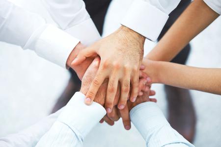 grupo de personas: Un equipo internacional de negocios que muestra la unidad con las manos juntas Foto de archivo