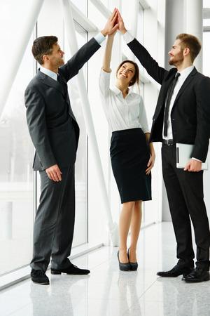 personas celebrando: Trabajo en equipo. Hombres de negocios acertados Celebraci�n de un reparto Foto de archivo