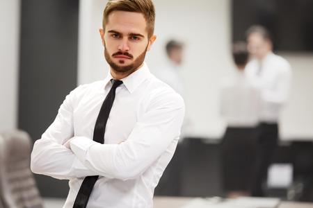 empleado de oficina: exitoso hombre de negocios en la oficina. Equipo de negocios