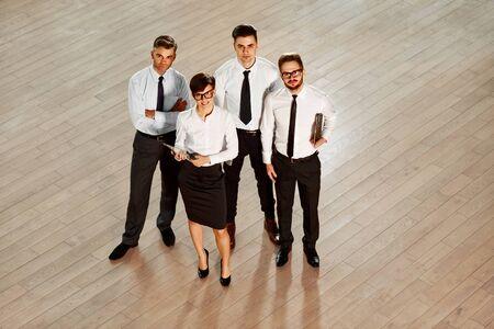 personas de pie: Equipo de negocios. Personas sonrientes felices de pie en la oficina Foto de archivo