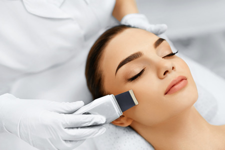 Skin Care. Close-up Of Beautiful Woman Receiving Ultrasound Cavitation Facial Peeling. Ultrasonic Skin Cleansing Procedure. Beauty Treatment. Cosmetology. Beauty Spa Salon. 版權商用圖片