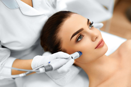 Face Skin Care. Close-up Of Woman Getting Facial Hydro Microdermabrasion Peeling Treatment At Cosmetic Beauty Spa Clinic. Hydra Vacuum Cleaner. Exfoliation, Rejuvenation And Hydratation. Cosmetology. 스톡 콘텐츠