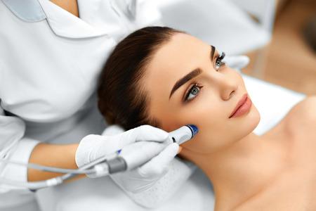 medicina: Cuidado de la piel de la cara. Primer De La Mujer que consigue facial Hydro microdermabrasi�n Tratamiento Peeling En Cosmetic Beauty Spa Cl�nica. Aspiradora Hydra. Exfoliaci�n, el rejuvenecimiento y la Hidrataci�n. Cosmetolog�a. Foto de archivo