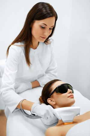 スキンケア。若い女性の顔の美しさの治療を受けて、美容クリニックで色素沈着を削除します。強烈なパルス光療法。IPL。若返り、写真フェイシャ