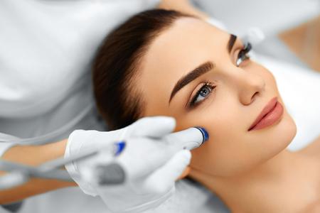 cosmeticos: Cuidado de la piel de la cara. Primer De La Mujer que consigue facial Hydro microdermabrasión Tratamiento Peeling En Cosmetic Beauty Spa Clínica. Aspiradora Hydra. Exfoliación, el rejuvenecimiento y la Hidratación. Cosmetología. Foto de archivo