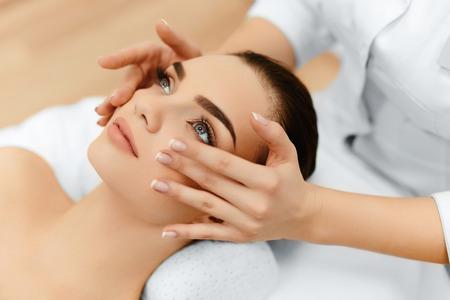 Huid- en lichaamsverzorging. Close-up van een jonge vrouw krijgt spa-behandeling in de schoonheidssalon. Spa Gezichtsmassage. Gezichtsbehandelingen. Spa Salon.