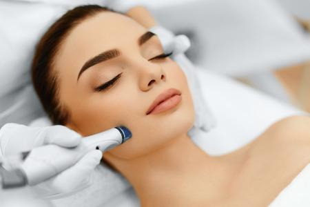 Gesichts-Hautpflege. Close-up Frau, die Gesichts Hydro Microdermabrasion Peeling-Behandlung Bei Cosmetic Beauty Spa-Klinik. Hydra-Staubsauger. Peeling, Verjüngung und Trink. Kosmetologie.