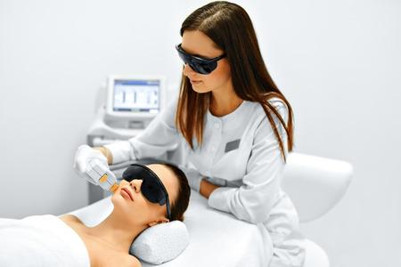피부 관리. 젊은 여자는 착색에서 화장품 클리닉을 제거, 얼굴 미용 치료를 받고. 강렬한 펄스 라이트 치료. IPL. 회춘, 사진 얼굴 치료. 절차 안티 에이