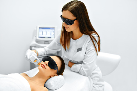 Hautpflege. Junge Frau empfangen Gesichtsbehandlung, Entfernen Pigmentierung Bei Cosmetic Clinic. Intense Pulsed Light Therapy. IPL. Verjüngung, Foto Facial Therapy. Anti-Aging-Verfahren. Standard-Bild - 49277239