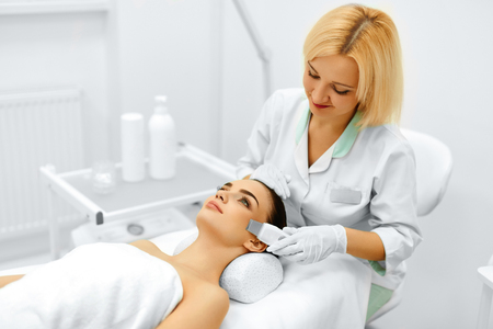 Skin Care. Close-up Of Beautiful Woman Receiving Ultrasound Cavitation Facial Peeling. Ultrasonic Skin Cleansing Procedure. Beauty Treatment. Cosmetology. Beauty Spa Salon. Archivio Fotografico