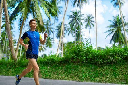 Montar Atleta Masculino del basculador de corriente en la carretera, la formación de maratón Run.
