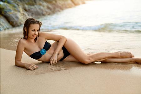 petite fille maillot de bain: Style de vie sain. Belle jeune femme heureuse avec Sexy Fit Body, Long Legs Allongé détente sur la plage tropicale Dans Resort. Voyage Sur Summer Holidays Vacation à la Thaïlande. Concept Santé Bien-être Banque d'images