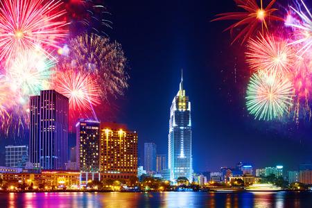 Fête. Skyline avec feux d'artifice illuminent le ciel sur le quartier d'affaires à Hô-Chi-Minh-Ville (Saigon), Vietnam. Belle vue de nuit paysage urbain, paysage urbain pittoresque. Vacances, la célébration du Nouvel An. Banque d'images - 52244856