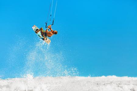 Freizeit Wassersport Aktion. Gesunder Mann (Surfer) Kiteboarding (Kite-Surfen) auf Wellen im Meer, Ozean. Extremsport. Summer Fun, Urlaub. Aktiver Lebensstil. Freizeit Sport. Hobby
