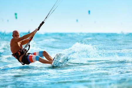 Sports de loisirs. Healthy Man Kiteboarding (Kite Surf) On Waves dans l'eau de mer. Extreme Action Sport. Summer Fun, Aventure, Vacances Voyage de vacances. Un mode de vie actif. Loisirs Activité Sportive