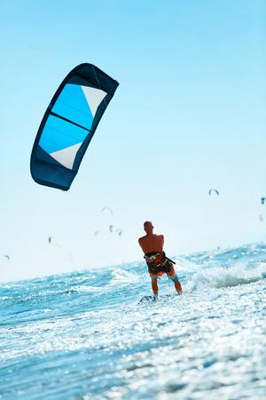 Kiteboarding, Kitesurf. Sports nautiques. Professional Kite Surfer en action sur Waves Dans l'océan. Sport extrême. Mode de vie active saine. Loisir. Activité récréative sportive. Summer Fun, Aventure