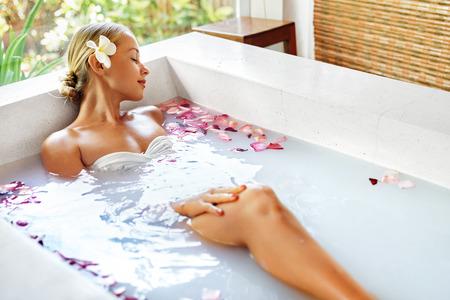 vrouwen: Spa Ontspanning. Vrouw Body Care. Mooie Sexy Kaukasische Blonde Meisje In Bikini Liggen In Flower Bath In Resort Day Spa Salon. Beauty behandeling, Skin Care Therapy. Wellness. Gezonde Levensstijl Concept