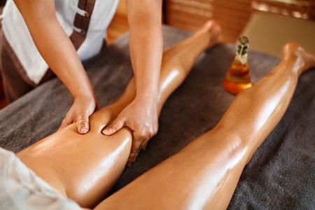 Spa Frau. Aromaöl-Bein-Massage-Therapie. Masseur Massieren Sexy Junge Frauen lange Beine in der Kosmetologie Salon. Schönheitspflege-Konzept. Entspannender Karosserien-Verfahren. Hautpflege, Wellness, Lifestyle