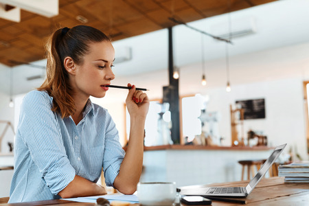 Imparare, Studiare. Ritratto Di Bello Allievo donna Usare il laptop computer, notebook, Pensando Al Caffè. Femminile Freelancer di lavoro. Lavoro autonomo, Affari persone Concetto