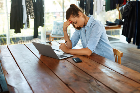 Business vrouw werkt op een laptop computer Cafe Tafel. Portret van gestresst, depressief Vrouw Die Hoofdpijn, Head Pain. Freelance werk, Mislukking, People Communication Technology Concept Stockfoto