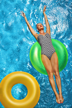 Summer Vacations. Beautiful Sexy Smiling Woman With Perfect Fit Body, Healthy Skin In Swimwear Sunbathing, Floating On Float Swim Ring In Swimming Pool Water. Enjoyment. Beauty, Wellness. Recreation Imagens
