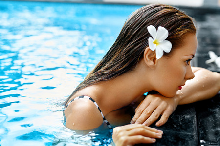 Summer. Beautiful Sexy Young Woman, Girl With Healthy Skin In Bikini Relaxing In Swimming Pool Water In Resort Relax Spa Hotel. Holidays Vacation. Body Health Care, Beauty Concept. Lifestyle, Wellness Archivio Fotografico